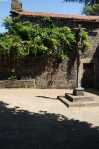 The cross in the courtyard of Pazo de Andeade