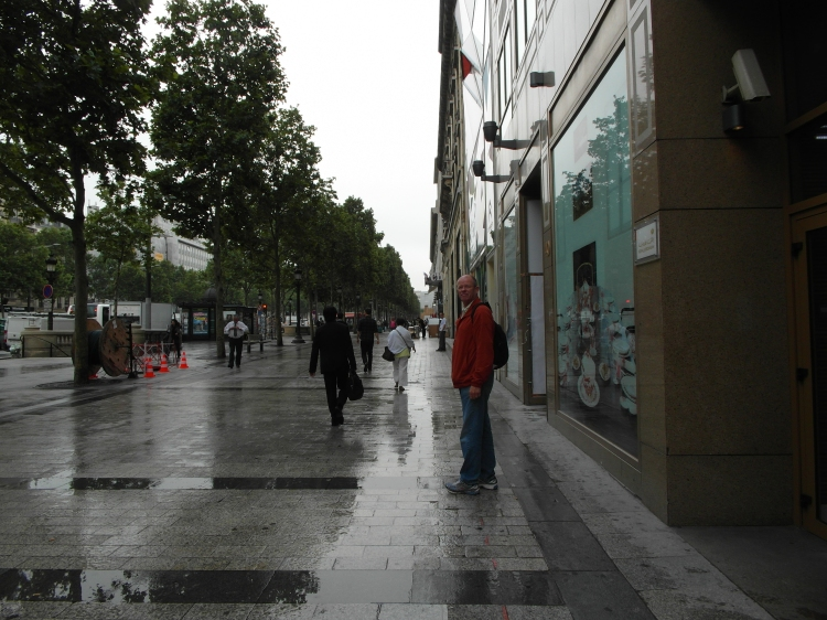 Along the Avenue des Champs-Élysées ... far too early for anything to be open